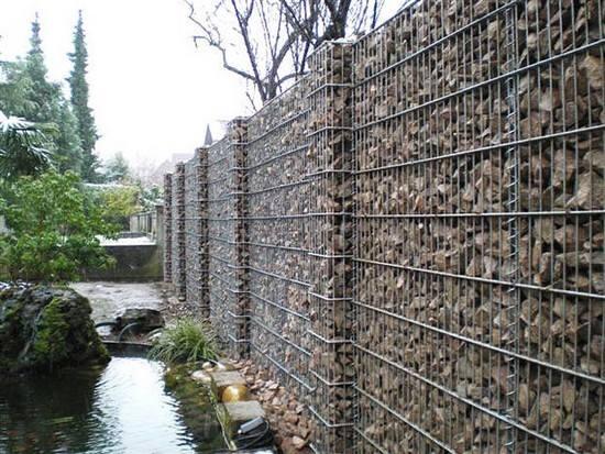 Gard din plasa de sarma zincata cu piatra