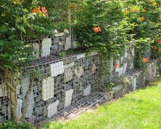 Gard din plasa si pietre mari gradina