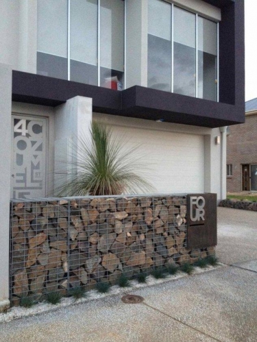 Gard modern in fata blocului din pietre