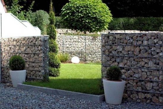 Garduri construite din plasa si umplute cu pietre
