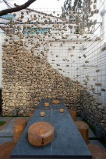 Model interesant de gard din plasa de sarma si pietre