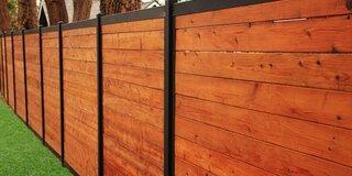 Gard din lemn cu stalpi din metal