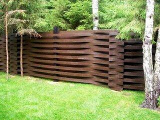 Gard modern din lemn cu ulucele pe orizontala