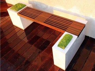 Bancuta de gradina din beton cu sezut de lemn si ghivece cu gazon