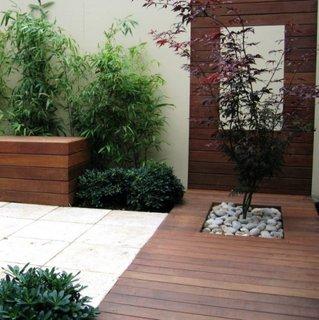 Curte decorata minimalist cu lemn