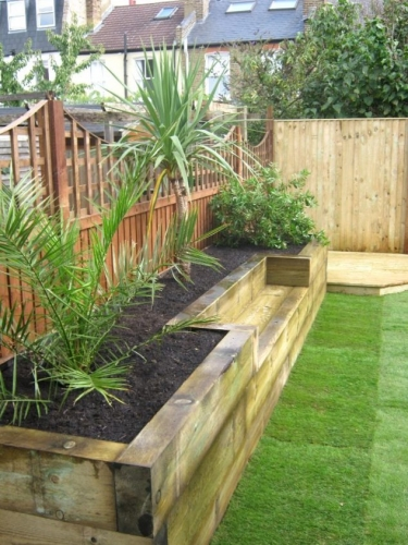 Design gradina moderna cu gazon si ghiveci din lemn ridicat