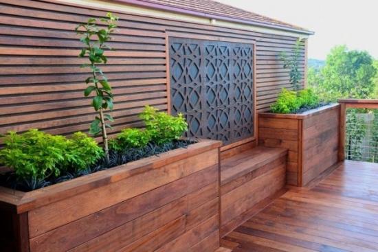 Terasa din lemn cu loc de sedere si ghivece cu flori
