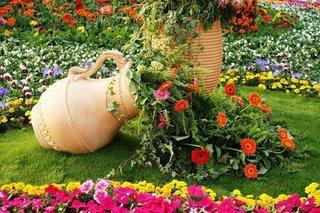 Decor cu vas de lut varsat cu flori