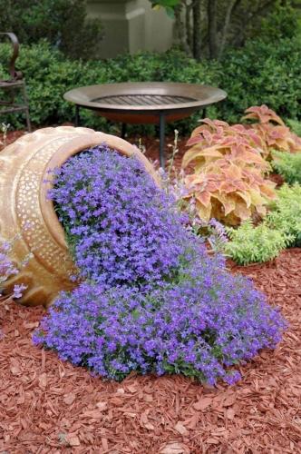 Decor cu vas varsat cu flori albastre