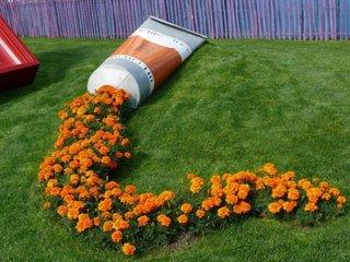 Decor cu vas varsat cu flori portocalii