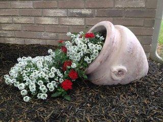 Vas de lut varsat cu flori