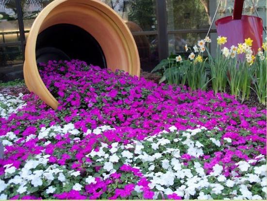 Vas de lut varsat cu multe flori
