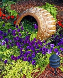 Vas varsat cu flori violet