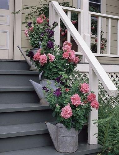 Ghivece de flori facute acasa din stropitori metalice