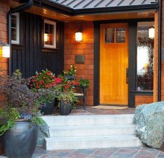 Terasa la intrarea in casa cu ghivece cu flori colorate