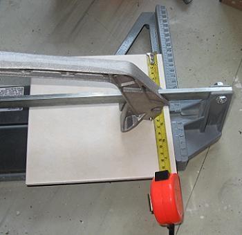 Taiem placile la dimensiunile potrvite cu ajutorul masinii manuale de taiat gresie
