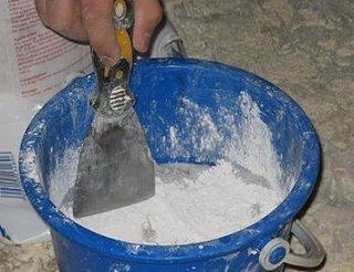 Prepararea amestecului de glet si apa pentru pereti si tavan