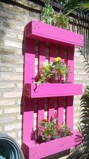 Palet transformat in suport pentru flori