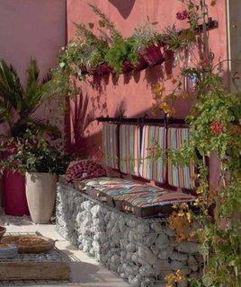 Canapea de gradina din gabioane cu pietre si saltea colorata