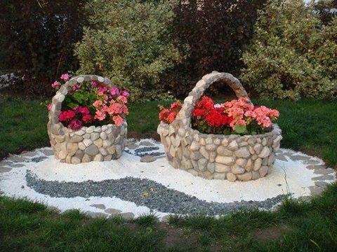 Cosuri mari din piatra cu flori