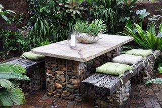 Masa de gradina si canapea realizate din suport de pietre