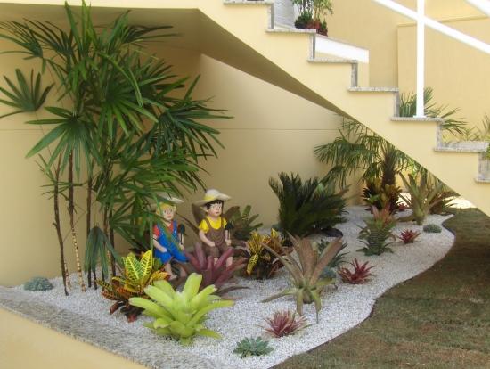 Idee de gradina cu  plante suculente sub scara interioara