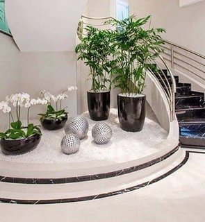 Rond interior de marmura cu pietris si ghivece de flori