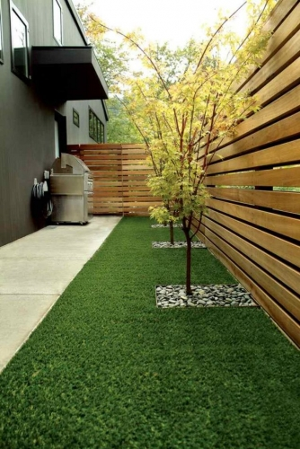 Amenajare gradina laterala casa cu gazon
