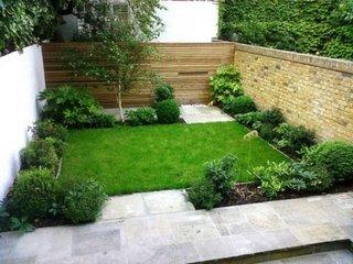 Decor simplu pentru gradina mica cu gazon si arbusti pitici