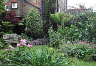 Mica gradina cu bancuta inconjurata de flori