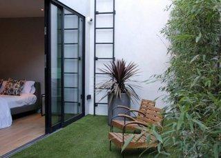 Terasa cu iesire din living cu covor artificial de gazon