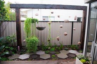 Mica terasa cu gradina cu plante suspendate