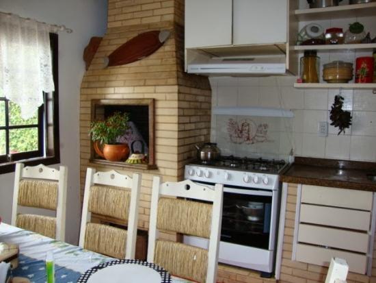 Bucatarie cu mobila zidita si cuptor de pizza