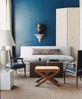Mobilier in nuante neutre proiectate pe un perete albastru