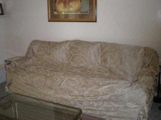Canapea cu husa prea mare si dintr-un material de proasta calitate