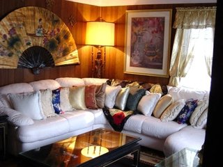 Canapea cu prea multe perne decorative in living prea accesorizat