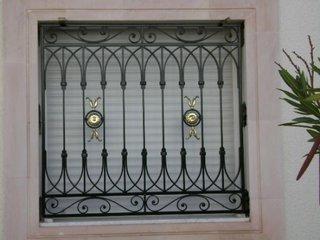 Grilaj cu decoratiuni pentru fereastra
