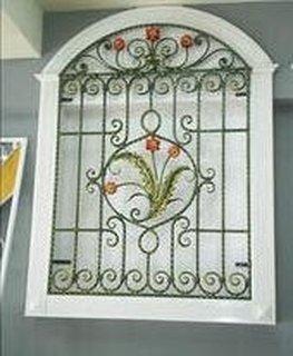 Grilaj cu flori fereastra