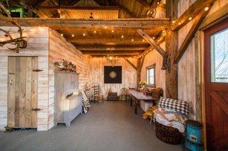 Interior de hambar renovat cu peretii placati cu lemn