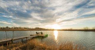 Lac cu peste in apropierea hambarului