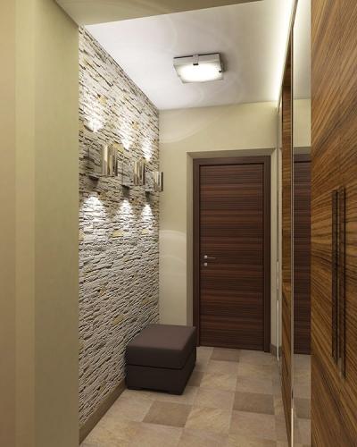 Hol modern cu un perete din piatra