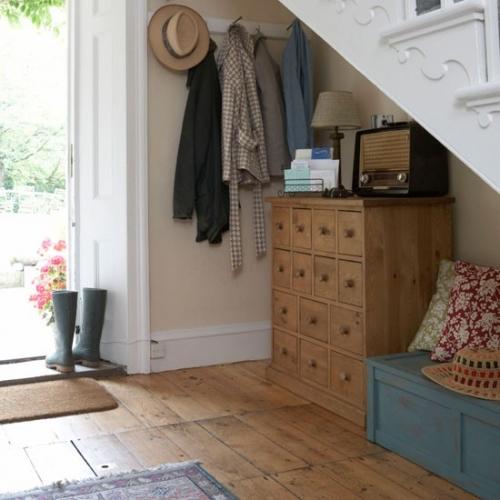 Amenajare hol in stil rustic in spatiul ingust de sub scara