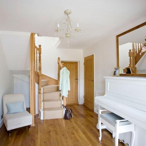 Decorare hol de intrare cu un pian alb