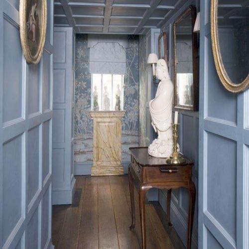 Hol albastru decorat in stil georgian cu statui si tapet cu motive clasice