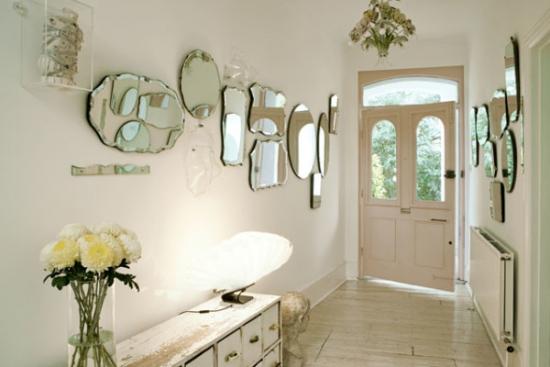Hol de intrare decorat cu oglinzi