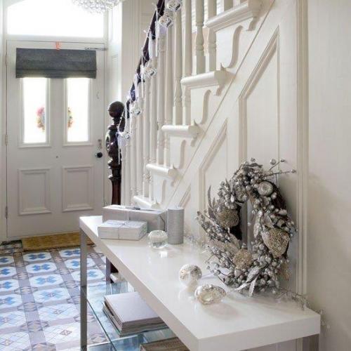 Hol mic decorat pentru Craciun in alb cu globuri si ghirlande argintii
