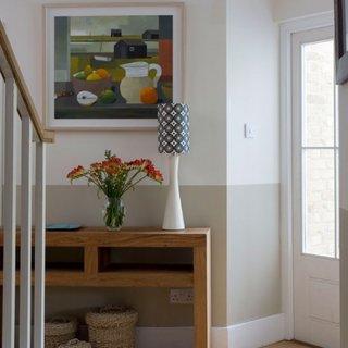 Hol mic zugravit in alb cu crem cu masuta pentru hol din lemn si tablou colorat