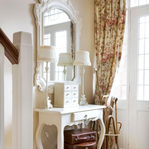 Masuta hol din lemn alb si oglinda asortata pentru hol mic feminin