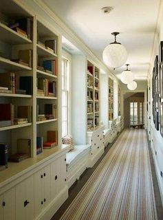 Hol lung amenajat cu biblioteci
