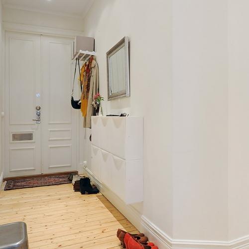 Hol simplu mobilat cu oglinda si pantofar suspendat pe perete
